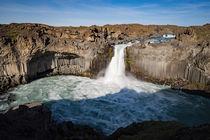 isländischer Wasserfall by michael-shumway