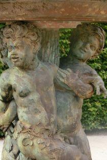 Brunnen Putten  by Iris Bernecker