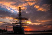 Sonnenaufgang am Hafen GorchFock von Tino Schmidt