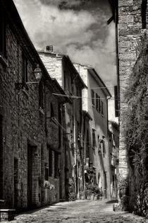 In den Gassen von Volterra  -  Italy von Claudia Evans