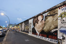 Berlin Wall mural, East Side Gallery, Sozialistischer Bruderkuss, Breschnew, Honecker,  Berlin, Germany von travelstock44