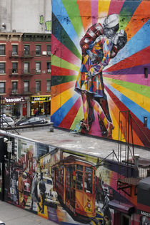 The kiss, Wandgemälde, Meatpacking District, New York City , USA  von travelstock44