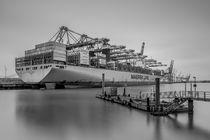 Riesenpott im Hafen - S/W by photobiahamburg