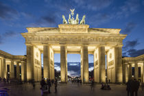 Berlin, Brandenburger Tor, Quadriga, Daemmerung by travelstock44