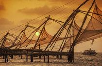 Fischernetze in Kochin bei Sonnenuntergang, Kerala, Indien von travelstock44