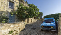 R4 Oldtimer in Lacoste, Provence, Südfrankreich  by travelstock44