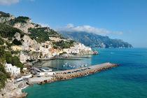 Amalfi, Italy - panoramic view of the city and blue sea von Tania Lerro