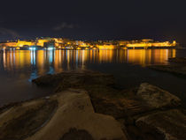 Coastal Mediterranen city at night von Viktor Onyshchenko