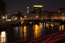 Berlin bei Nacht am Regierungsviertel mit Wasserspiegelung und Nachtleuchten von raphaela4you