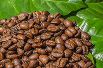 Kaffeebohnen mit Kaffeeblätter by Mathias Karner