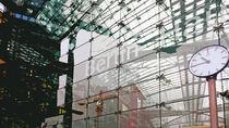 Berlin, Hauptbahnhof, 10.45 Uhr von Hartmut Binder