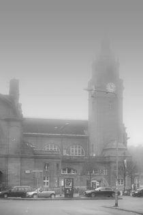 Wiesbaden Hauptbahnhof im Nebel  by Bastian  Kienitz