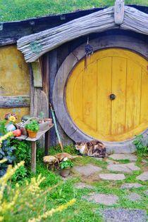 Yellow door in Hobbiton by atelierpositif
