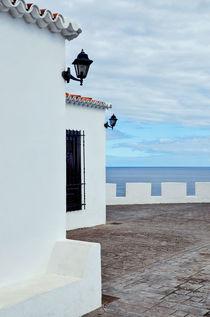 Weißes Haus am Meer von Iris Heuer