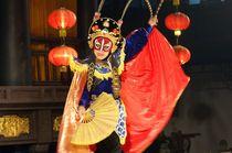 Chinese Sichuan Opera, Chengdu. The mask changer von David Lyons