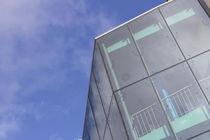 Gebäude mit Fensterfront  by Denis Sandmann