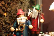 Freundliche Holzfigur auf Weihnachtsmarkt by Denis Sandmann