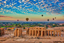 Hot Air Balloon at Sunrise in over Ruins in Luxor Egypt von Andy Doyle