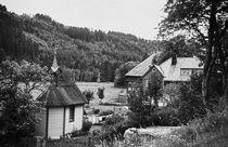 Bauernhaus und Kapelle. Schwarzwald. Farmhouse and chapel. Black Forest.  von fischbeck