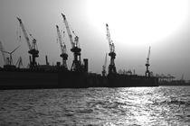 Hamburger Hafen im Gegenlicht. Hamburg. Hafen. Gegenlicht. Schwarzweissaufnahme. von fischbeck