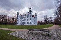 Ahrensburger Schloss - Wolkig by photobiahamburg