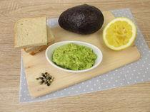 Guacamole mit Avocado, Zitrone, Pfeffer und Salz von Heike Rau