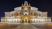 Semperoper Dresden bei Nacht unter Sternenhimmel von Klaus Tetzner
