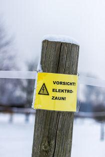 Schild am Zaun von Thomas Schwarz