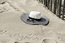 Strandhut mit Sonnenbrille von Michael Blahout