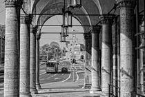 Blick auf Schloß Broich durch die Stadthallenarkaden in Mülheim von Peter Hebgen