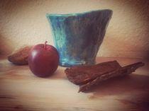 Roter Apfel vor blauer Vase von Ton by Maria Wald