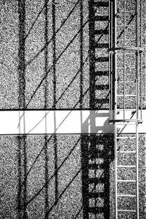 Feuerleiter wirft Schatten  by Bastian  Kienitz