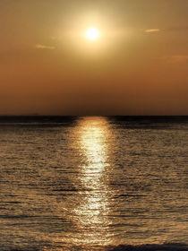 Goldglänzender Sonnenuntergang am Meer by Edeltraut K.  Schlichting