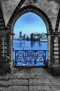 Blick durchs Fenster by Oliver Hey