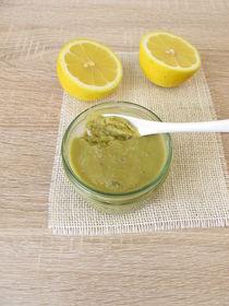 Ein Glas Olivenmarmelade und Zitrone von Heike Rau