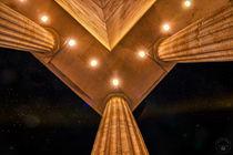 An den Säulen mit Blick nach oben von Oliver Hey