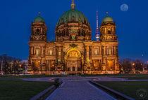 Berliner Dom mit Fernsehturm und Mond by Oliver Hey
