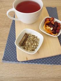 Tee aus getrockneten Erdbeeren, Hagebutten, Orangeschale und Süßholz  by Heike Rau