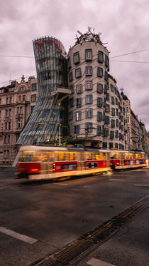 Red tram under a Dancing House von Tomas Gregor