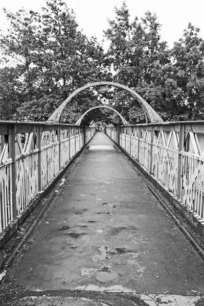 09-07-12-a-oldham-mumps-metrolink-station-old-footbridge