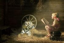 Kleines Mädchen mit einem Tiger in einer Scheune by Thomas Stracke