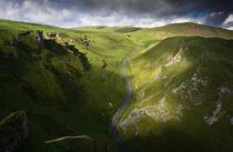 Cloud shadow on Winnats Pass von chris-drabble