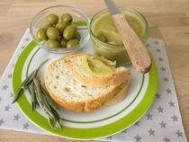 Baguette mit grüner Olivenmarmelade  von Heike Rau