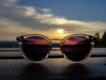 Sonnenbrille im Sonnenuntergang  von farbfotografie
