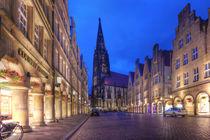 Mit Blumen geschmückter Prinzipalmarkt und Lambertikirche bei Dämmerung in Münster Westfalen mit buntem Kopfsteinpflaster in der blauen Stunde by Münster Foto