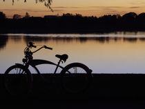 Fahrrad bei Sonnenuntergang am See von Christian Mueller