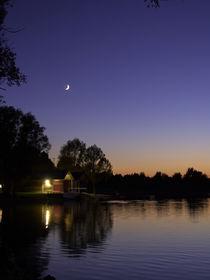 Sonnenuntergang am See mit Bootshaus im Mondschein by Christian Mueller