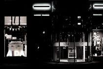 Sportgeschäft nachts  von Bastian  Kienitz