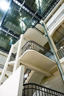 Treppenhaus in einem Lichthof des ZKM Karlsruhe von Hartmut Binder