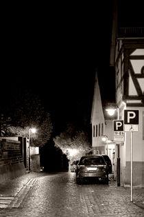 Nachts in einer engen Gasse  by Bastian  Kienitz